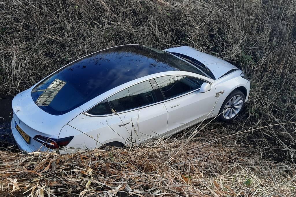 Tesla belandt in sloot bij inhaalactie met vrachtwagen
