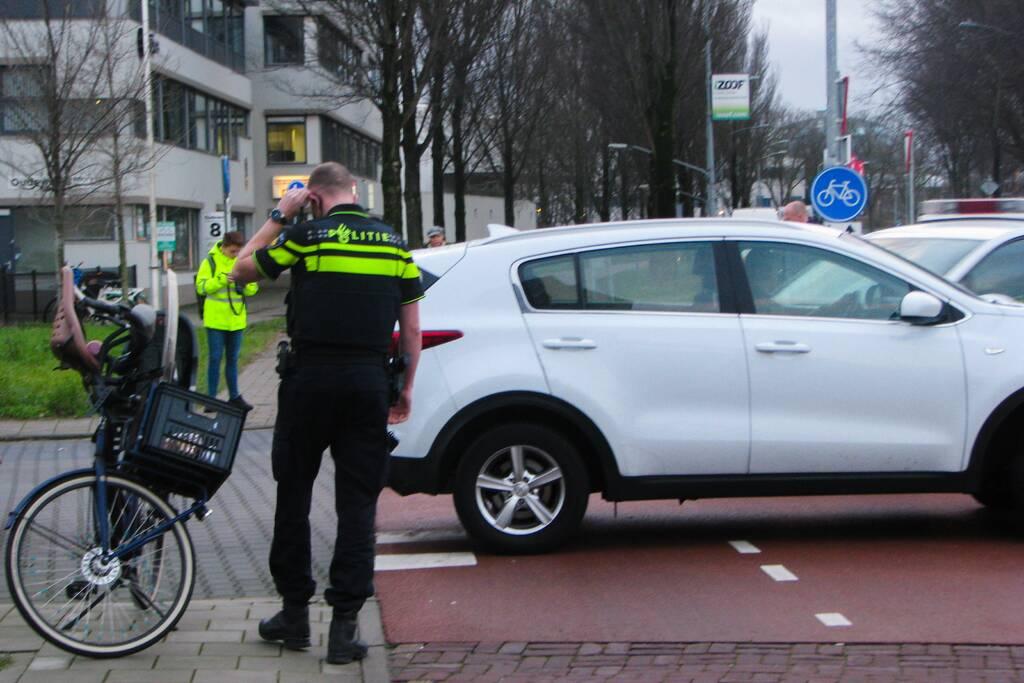Overstekende automobilist ziet fietsster over het hoofd
