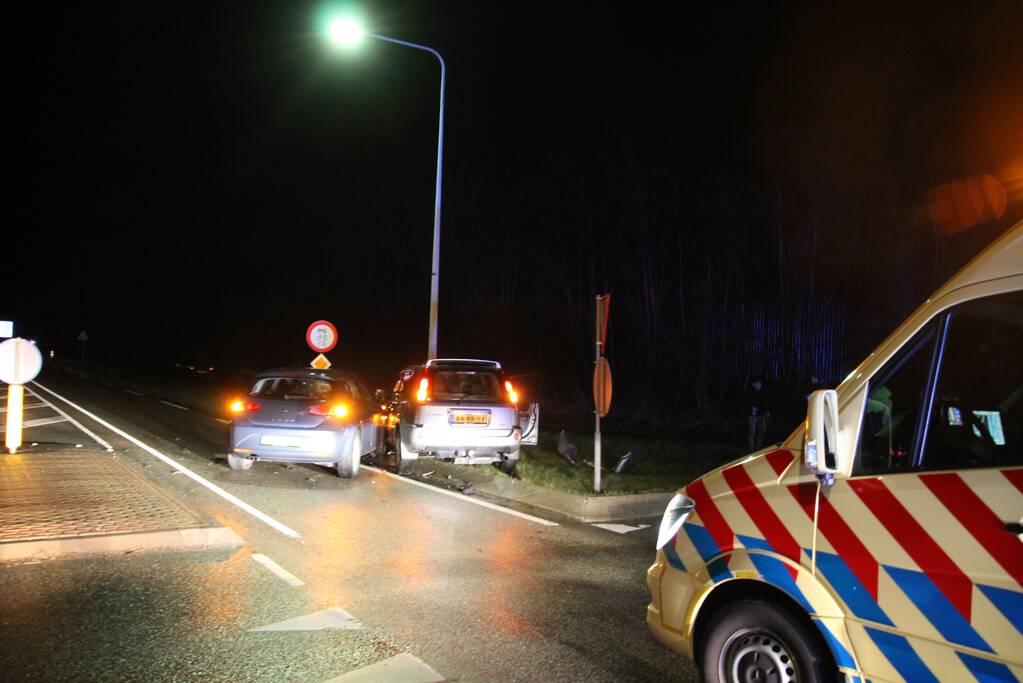 Twee auto's botsen en belanden tegen lantaarnpaal
