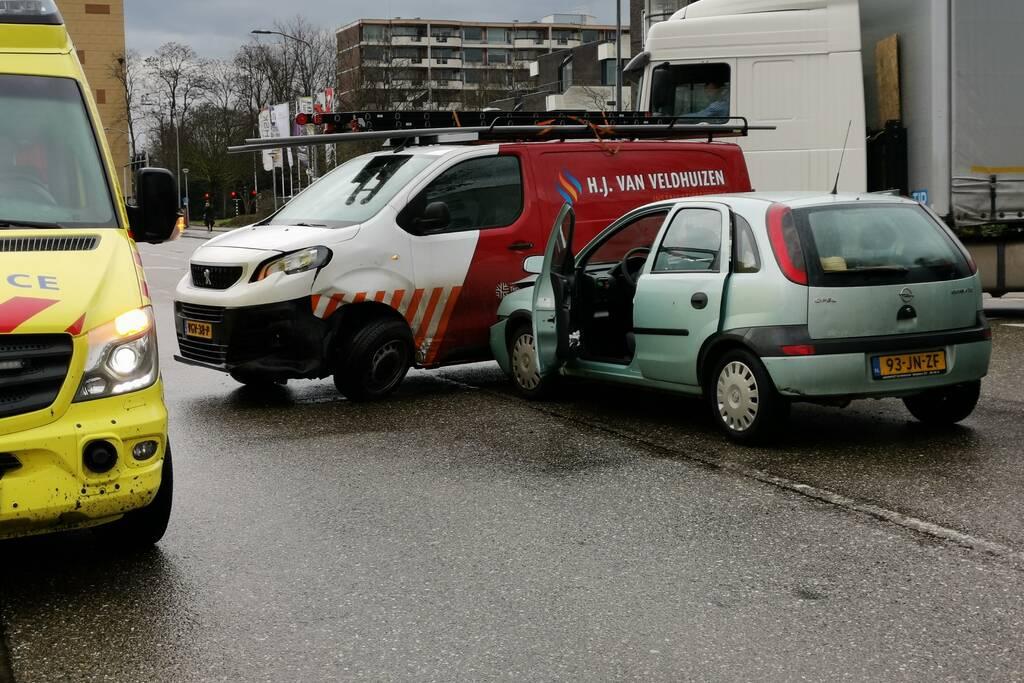 Bestelbus en personenwagen botsen op elkaar