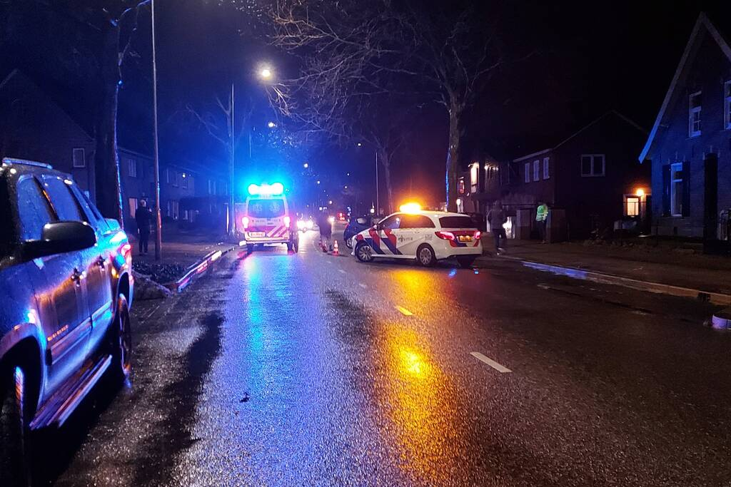Auto komt tegen boom tot stilstand na ongeval