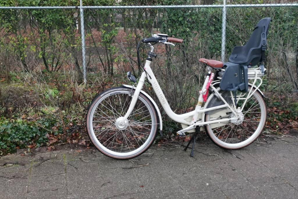 Twee fietsers gaan hard onderuit op glad fietspad