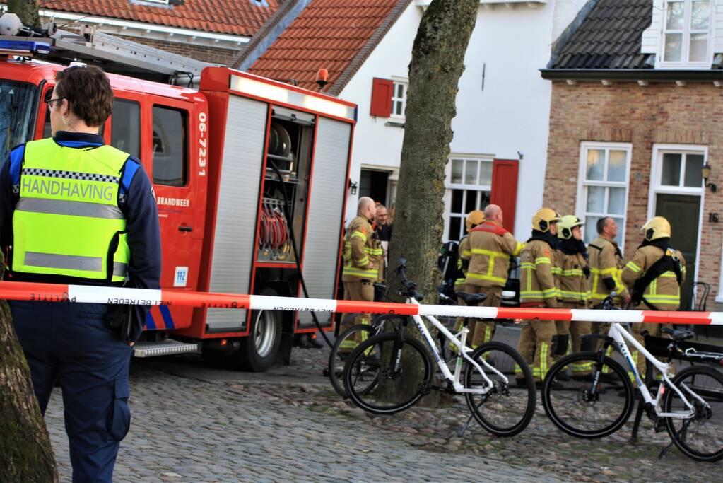 Brandweer veegt schoorsteen na brand