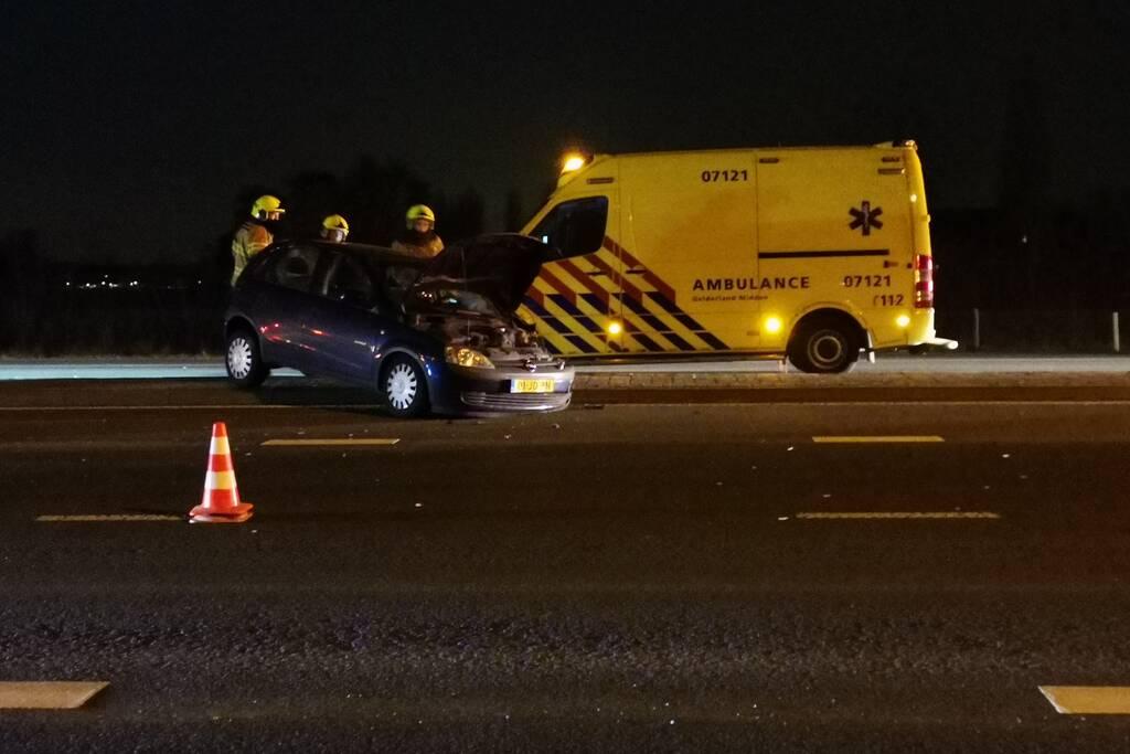 Auto rijdt tegen lantaarnpaal