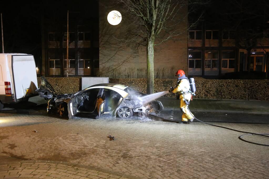 Geparkeerde Mercedes brandt volledig uit