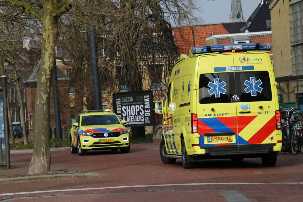 Vrouw gewond bij botsing tegen brug