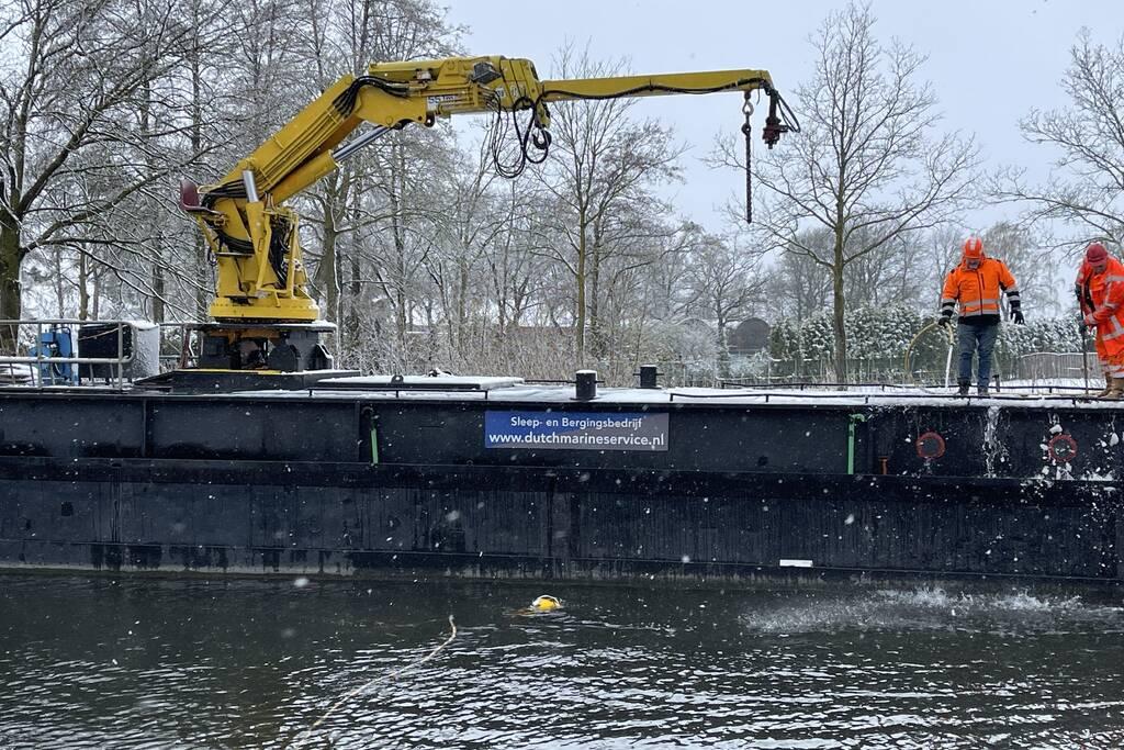 Twee personenwagens uit Zuid-Willemsvaart gehaald