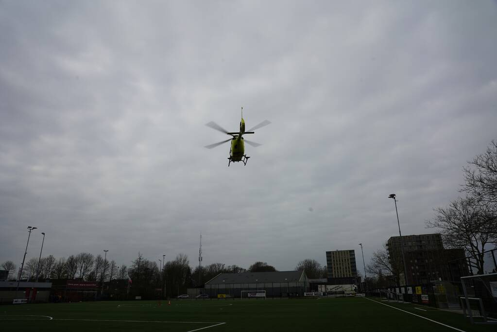 Traumahelikopter landt bij CVV De Jodan Boys