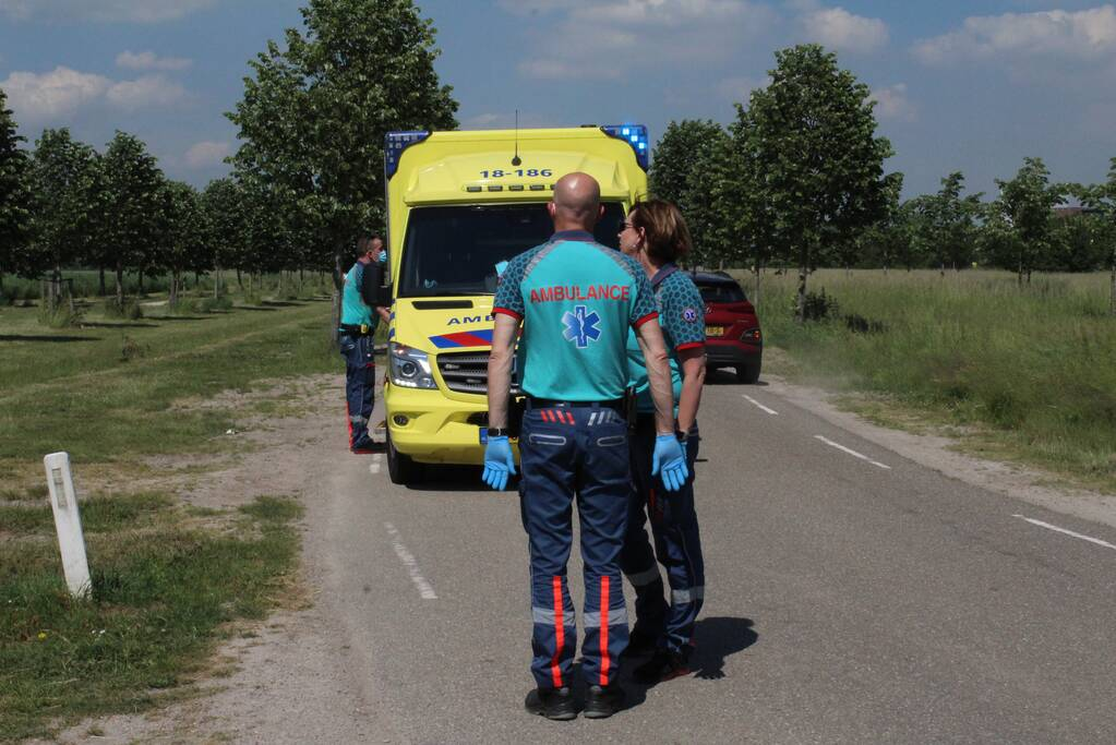 Motorrijder gelanceerd na botsing tegen auto