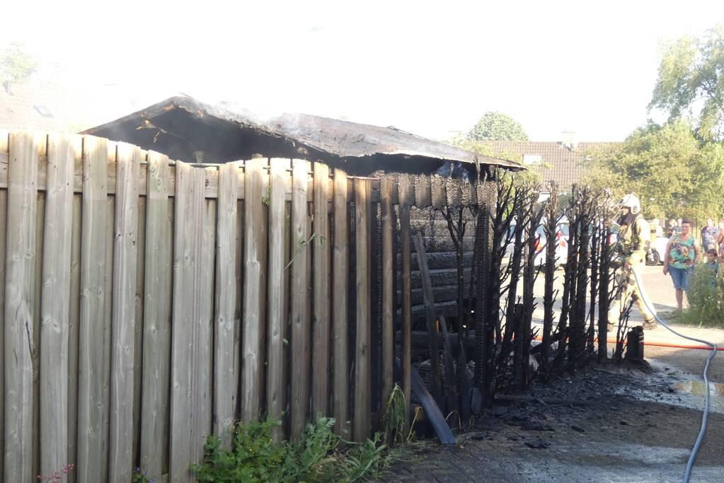 Schuur en conifeer verwoest door brand