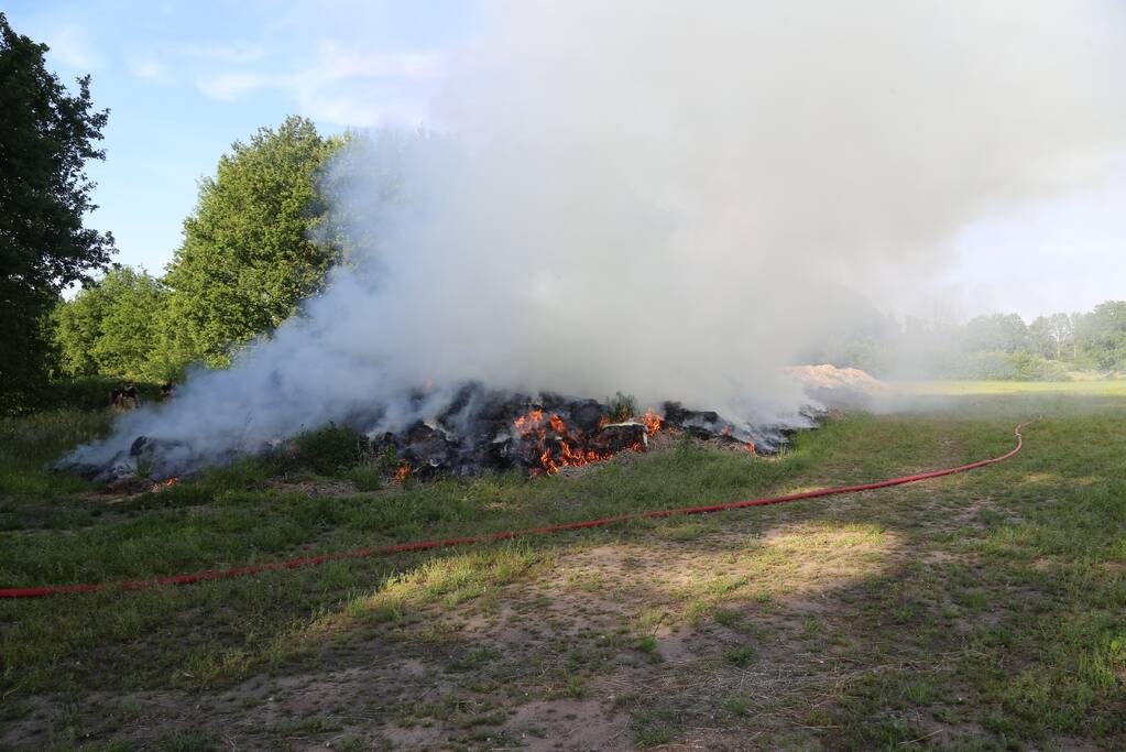 Veel rook door brand in berg gemaaid gras