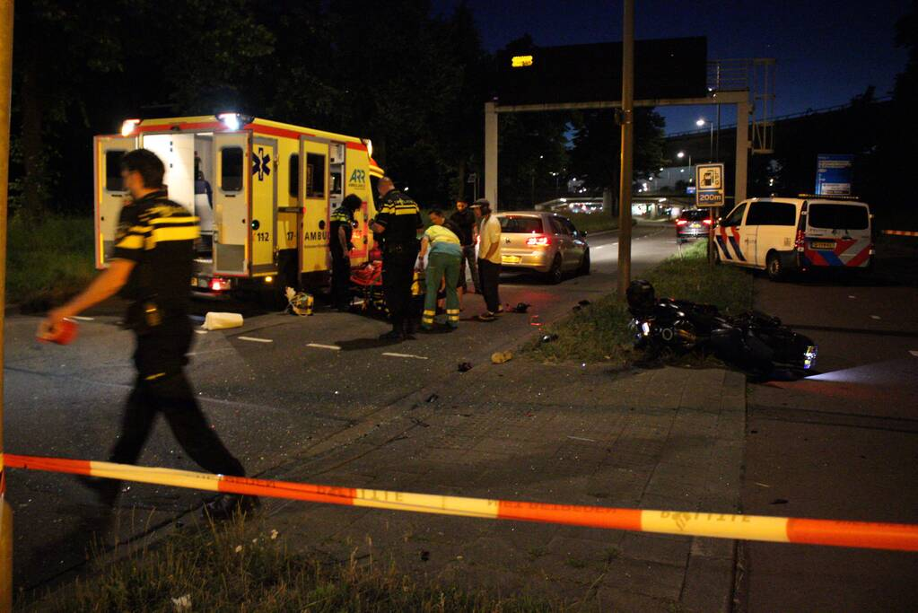 Motorrijder zwaargewond bij botsing met personenauto