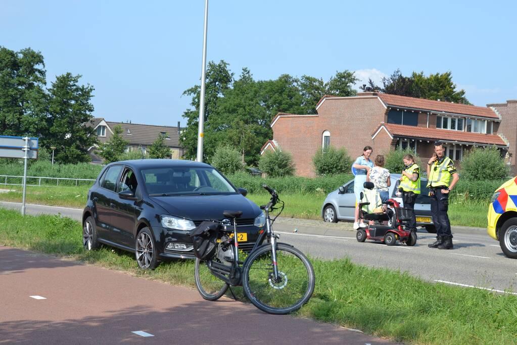 Personenauto in botsing met persoon op scootmobiel