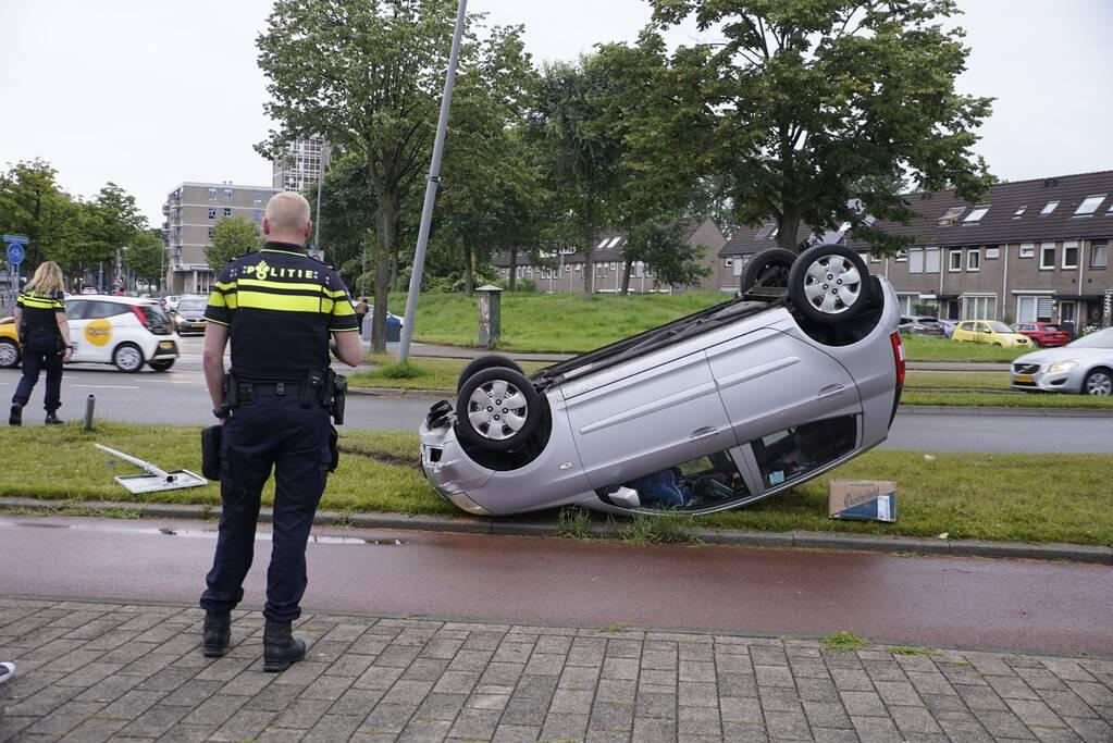 Auto raakt paal en slaat over de kop