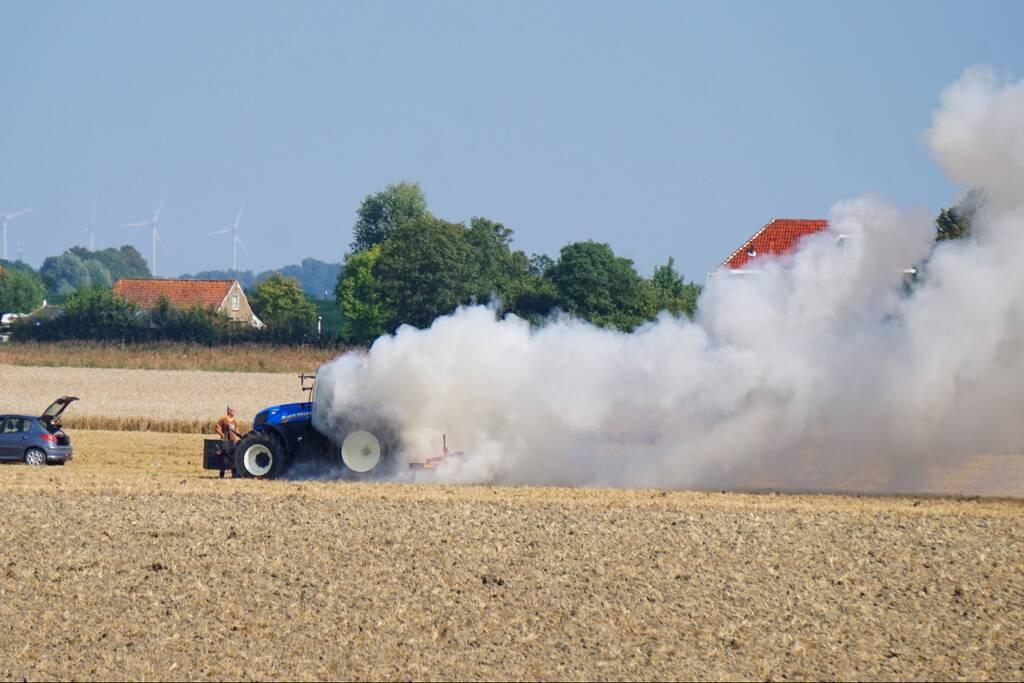 Enorme rookwolken bij brand in tractor