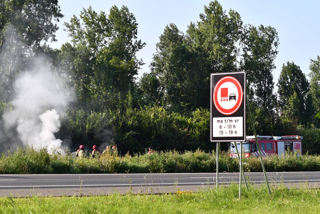Enorme rookwolken bij brand op snelweg
