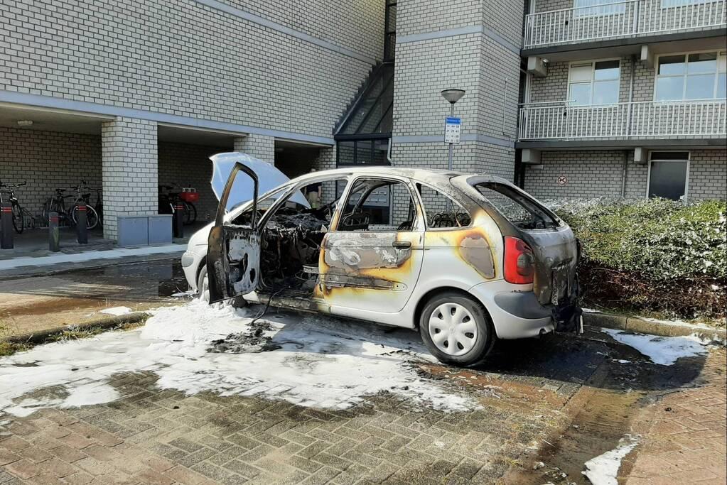 Geparkeerde auto compleet verwoest door brand