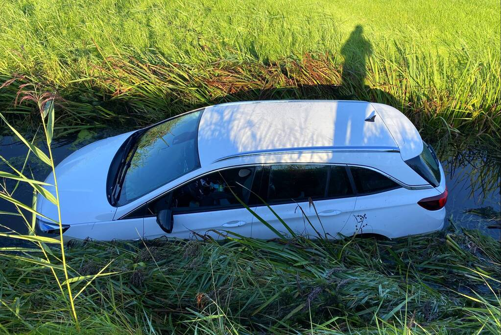 Automobilist raakt van de weg en belandt in sloot