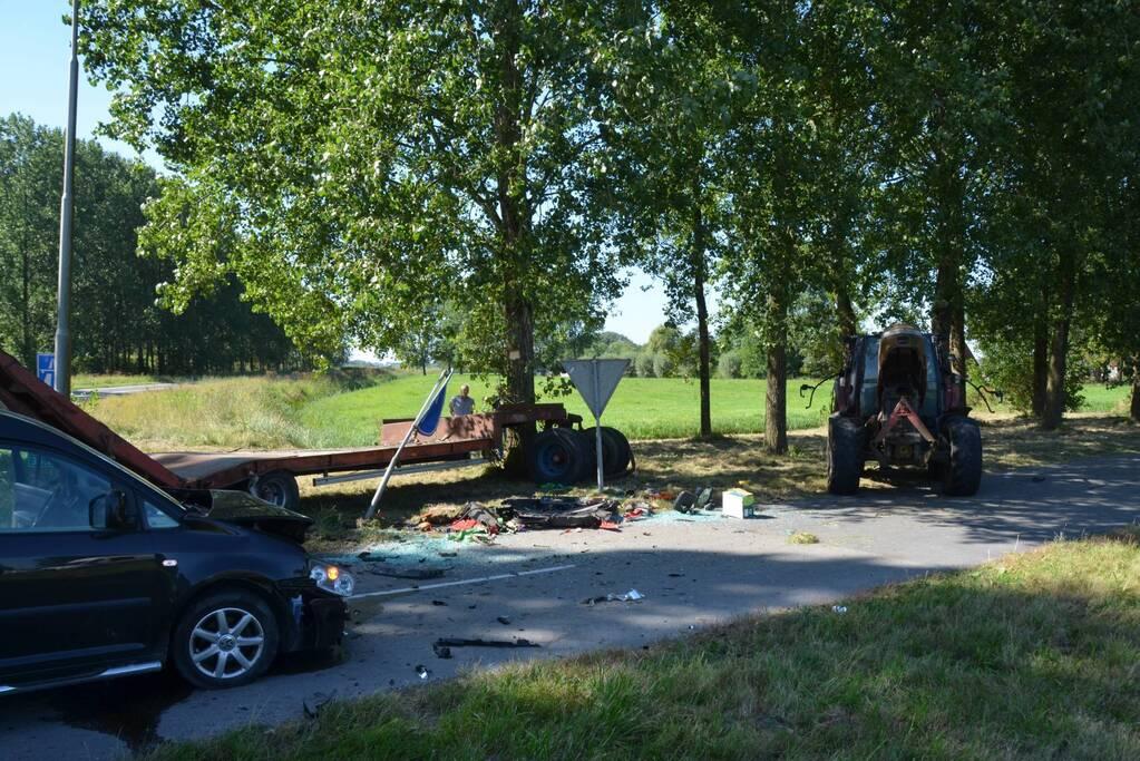 Flinke schade bij botsing tussen tractor en bestelbus