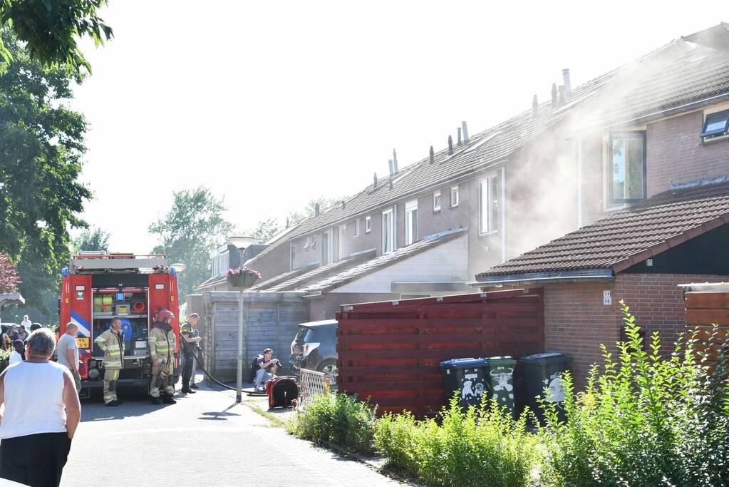 Enorme rookwolken bij brand in woning