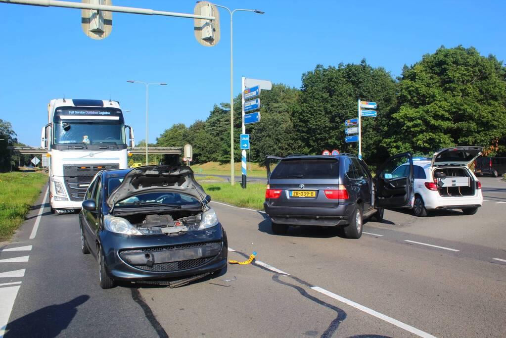 Twee voertuigen botsen op kruising