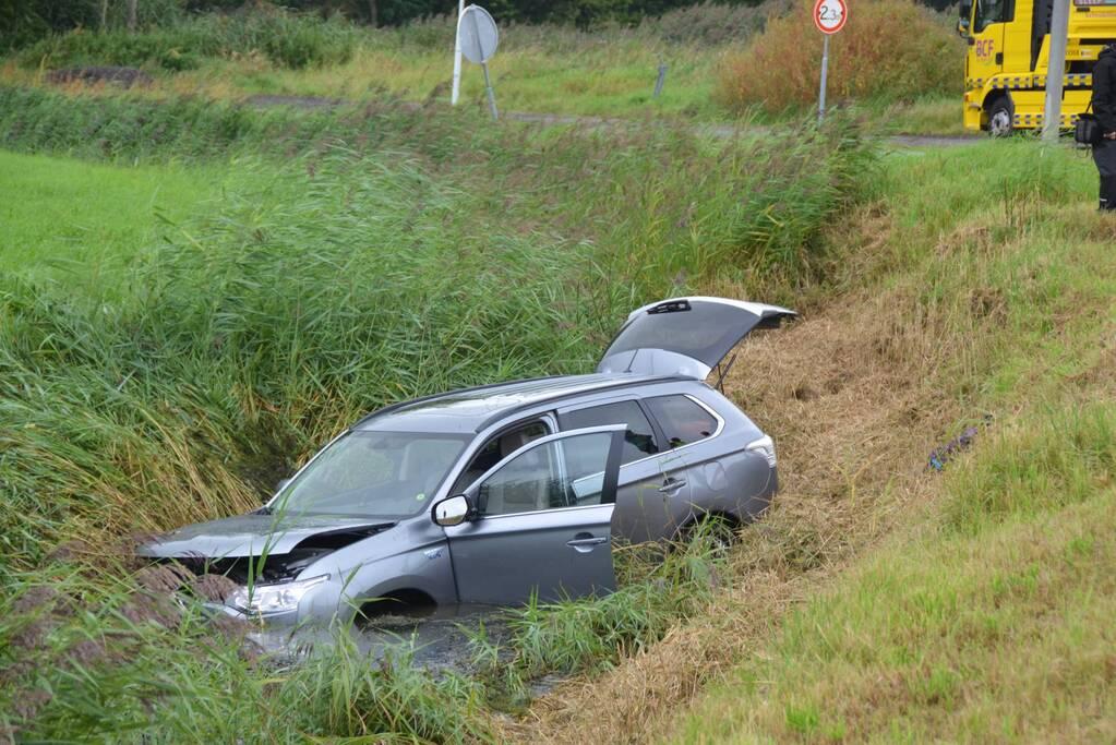 Vrouw belandt met auto in de sloot