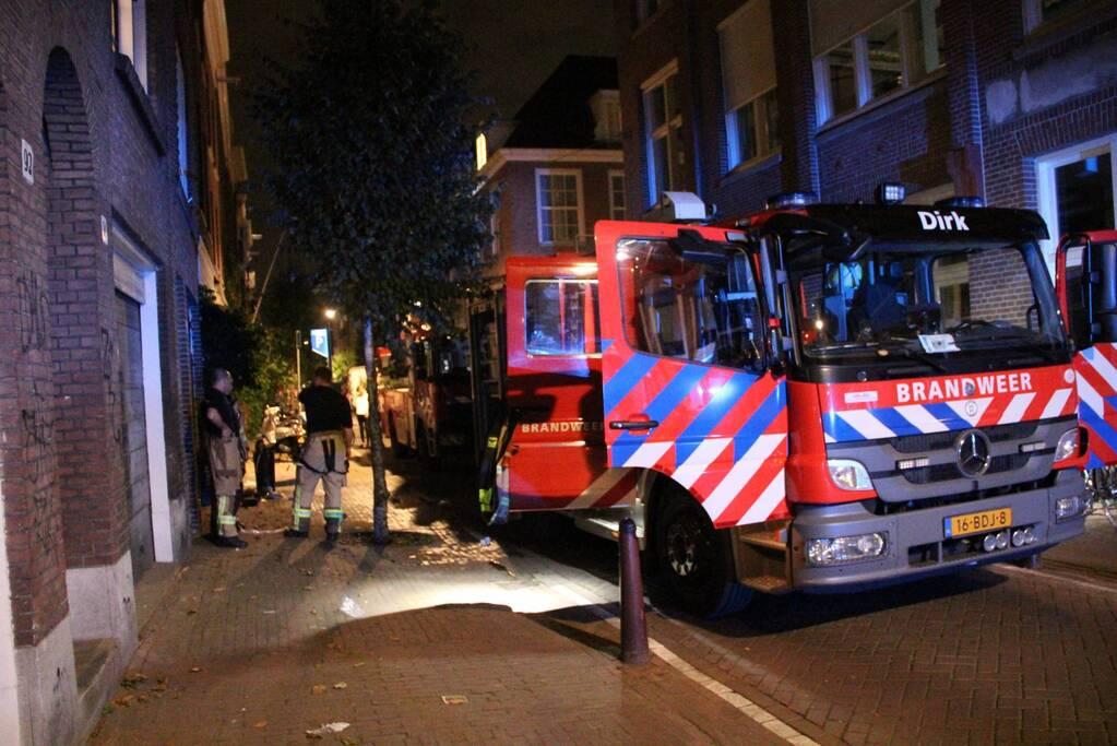 Brandweermannen ventileren woning na brand