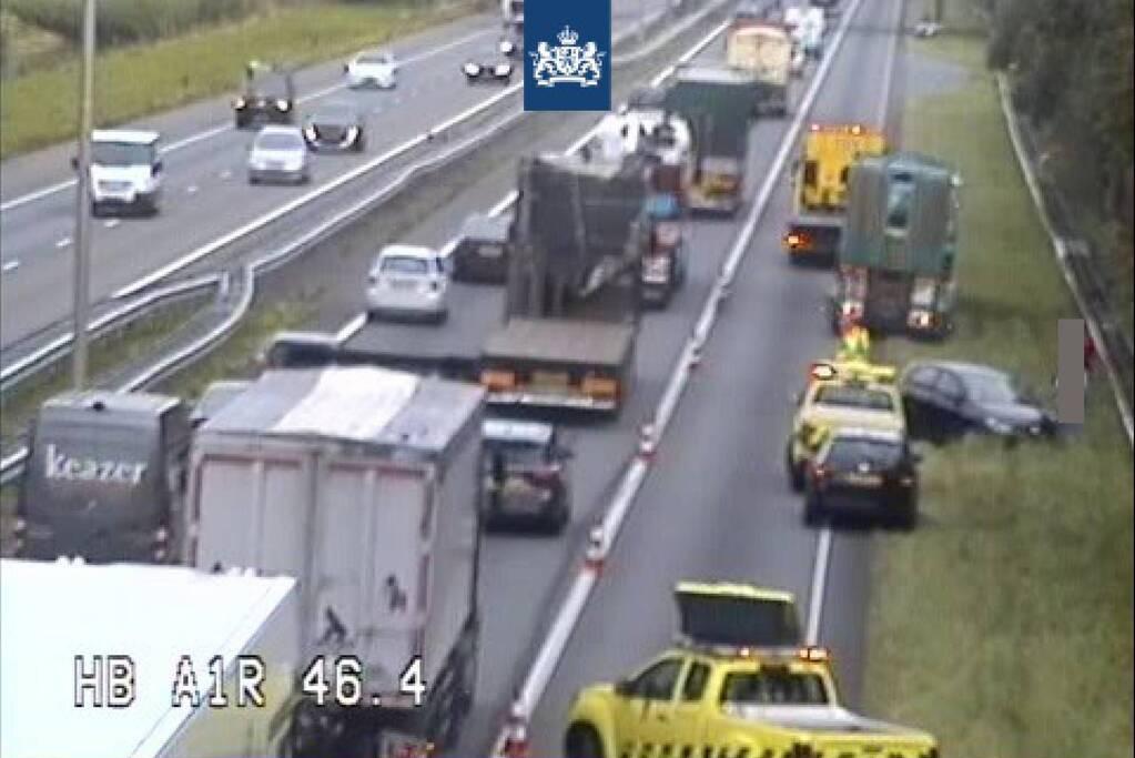 Vrachtwagen en personenauto botsen op snelweg