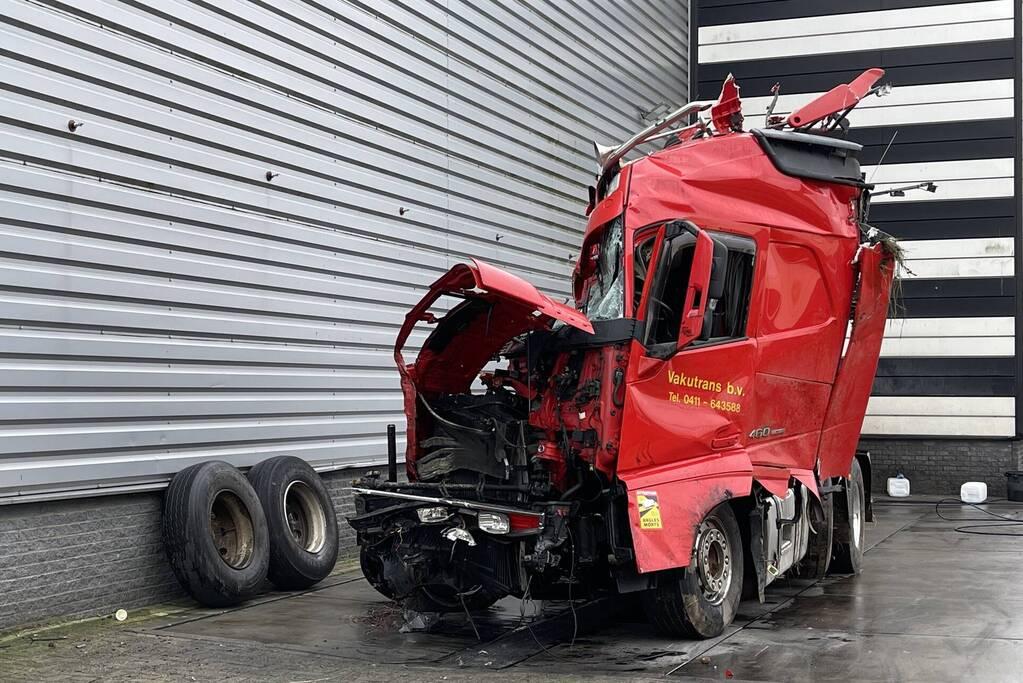 Vrachtwagens enorm beschadigd na ongeval
