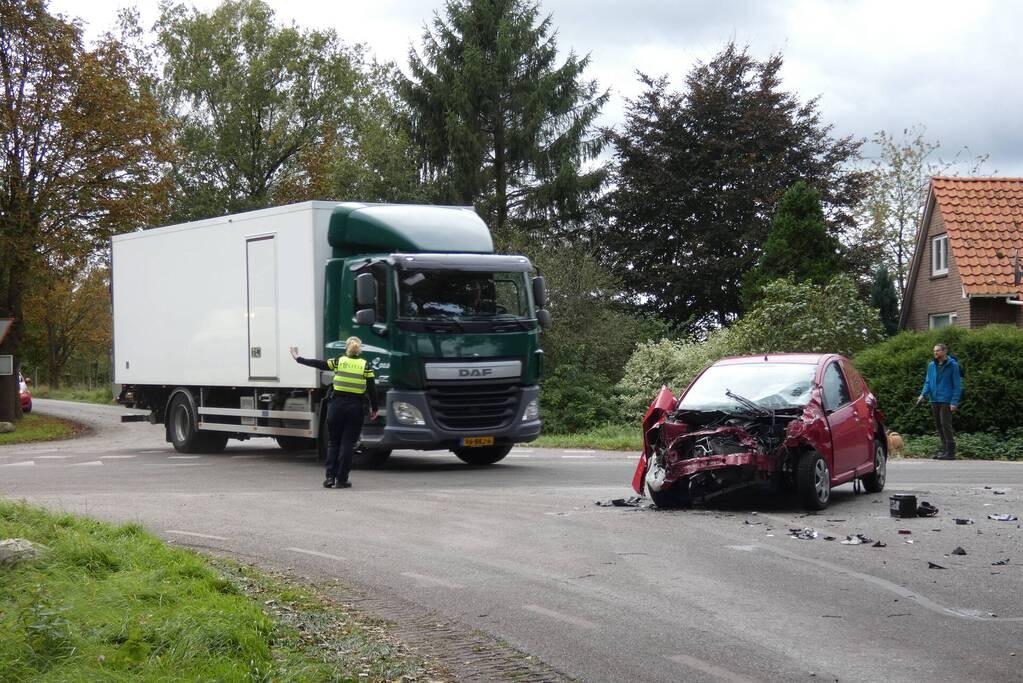 Auto loopt flinke schade op bij botsing met vrachtwagen