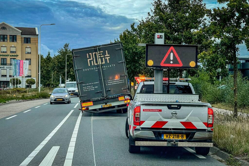 Vrachtwagen strandt door losgelopen wiel