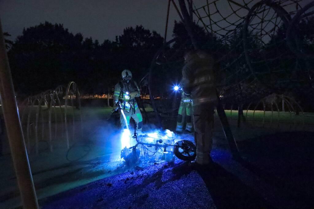 Brandweer blust brandende deelscooter van Go-Sharing