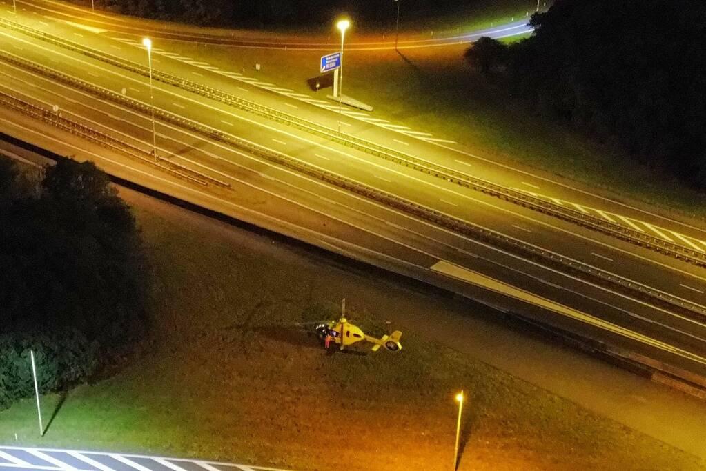 Traumahelikopter landt voor rendez-vous op A28
