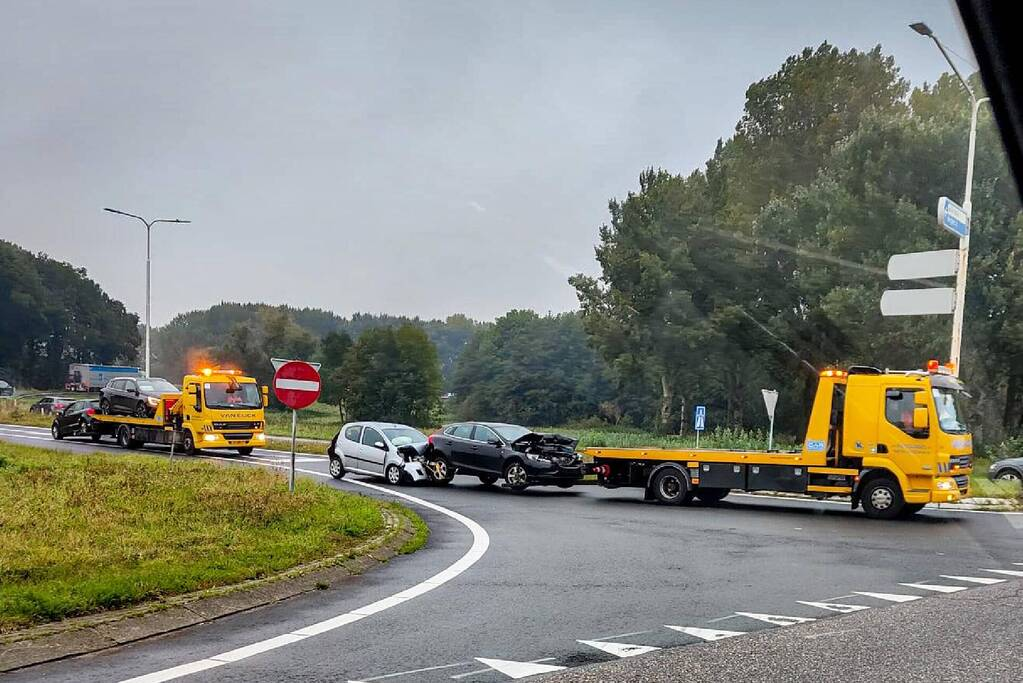Vijf auto's botsen op elkaar op snelweg