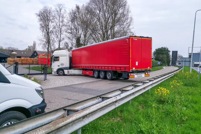 Vrachtwagen vast voor gesloten hek