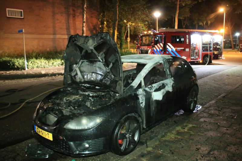 Auto brandt uit door mogelijke brandstichting