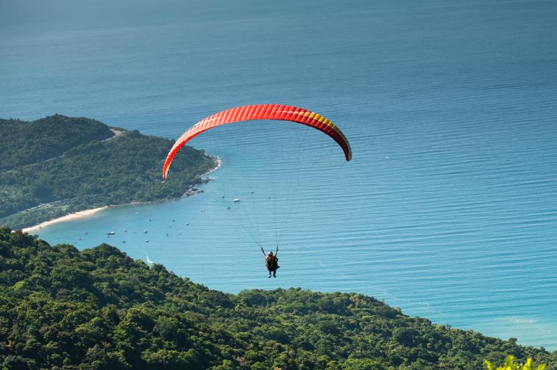 Parachutist gewond na ongelukkige val bij parasail-evenement
