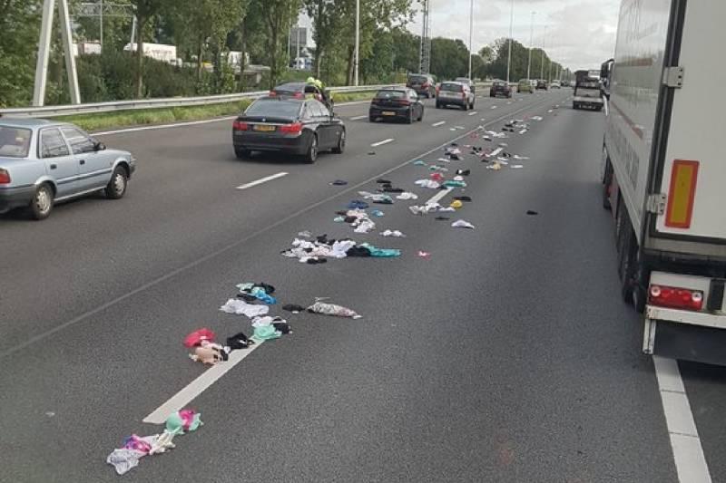 Bestelbus verliest pikante lading op snelweg; slipgevaar door lingerie