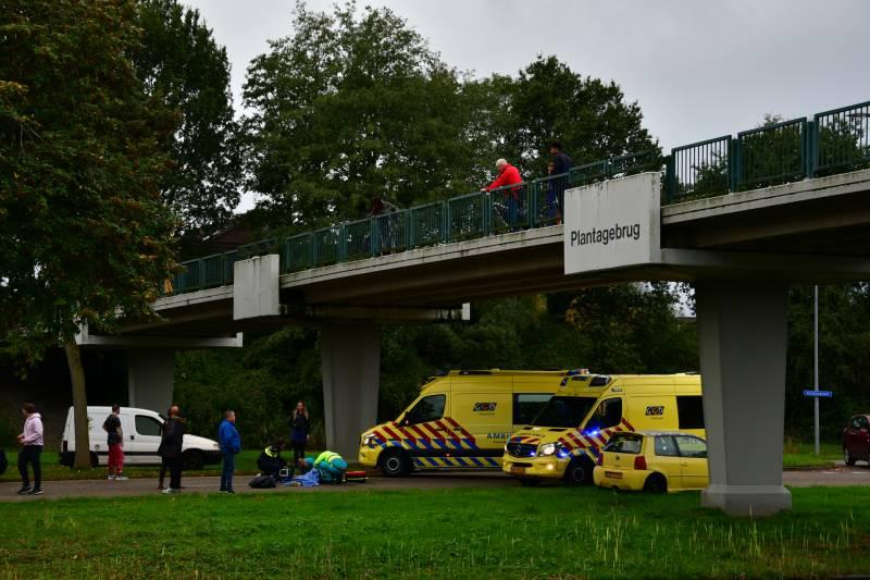 Persoon zwaargewond na val van brug