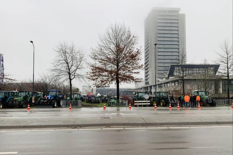 Ruim 400 tractoren verzameld voor provinciehuis