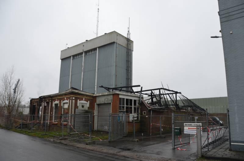 Leegstaande woonboerderij naast melkfabriek totaal verwoest
