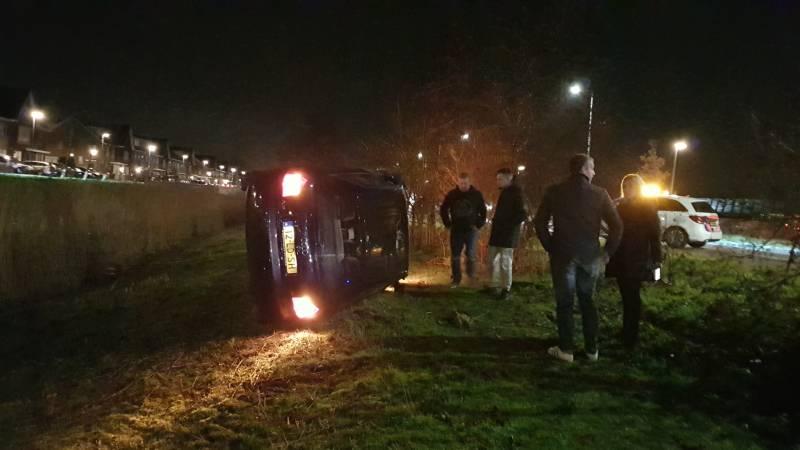 Automobilist verliest macht over het stuur en belandt met auto op de zijkant