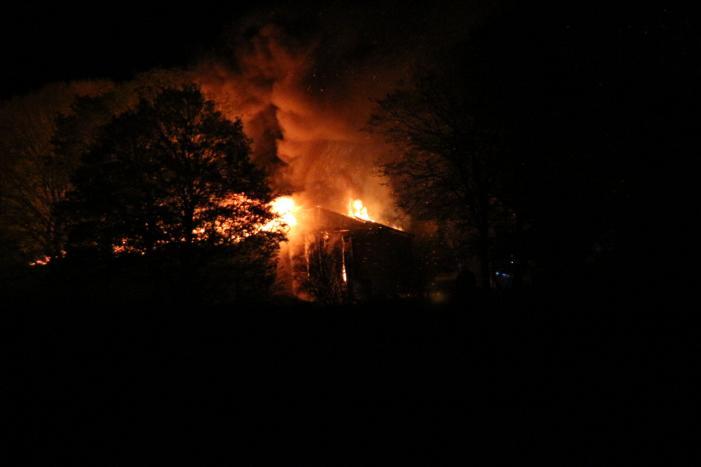 Uitslaande brand in grote schuur
