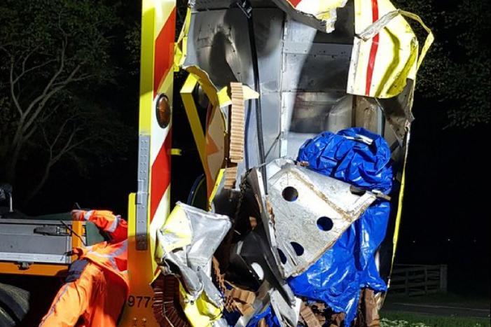 Auto knalt op pijlwagen bij Middelie, drie gewonden