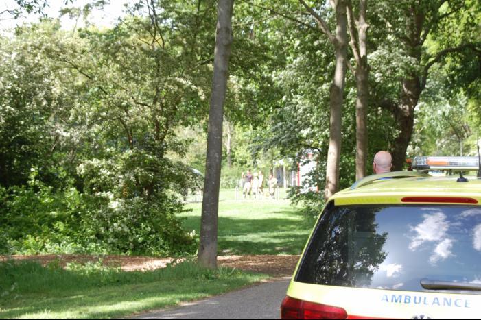 Persoon bevrijd in park Meiveld