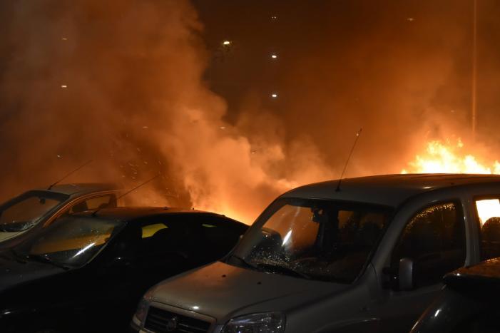 Meerdere auto's beschadigd door drie brandende auto's