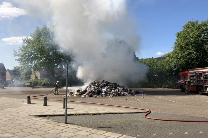 Restafval vliegt in brand in vuilniswagen