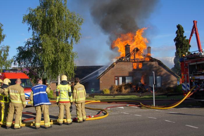 Rieten dak van woning volledig in brand