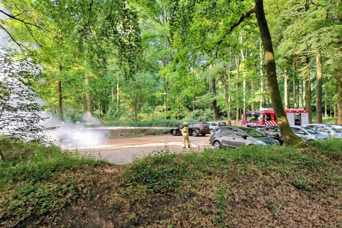 Auto vliegt in brand op parkeerplaats