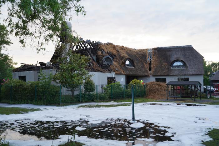 Ravage na brand in rietgedekt dak van woning